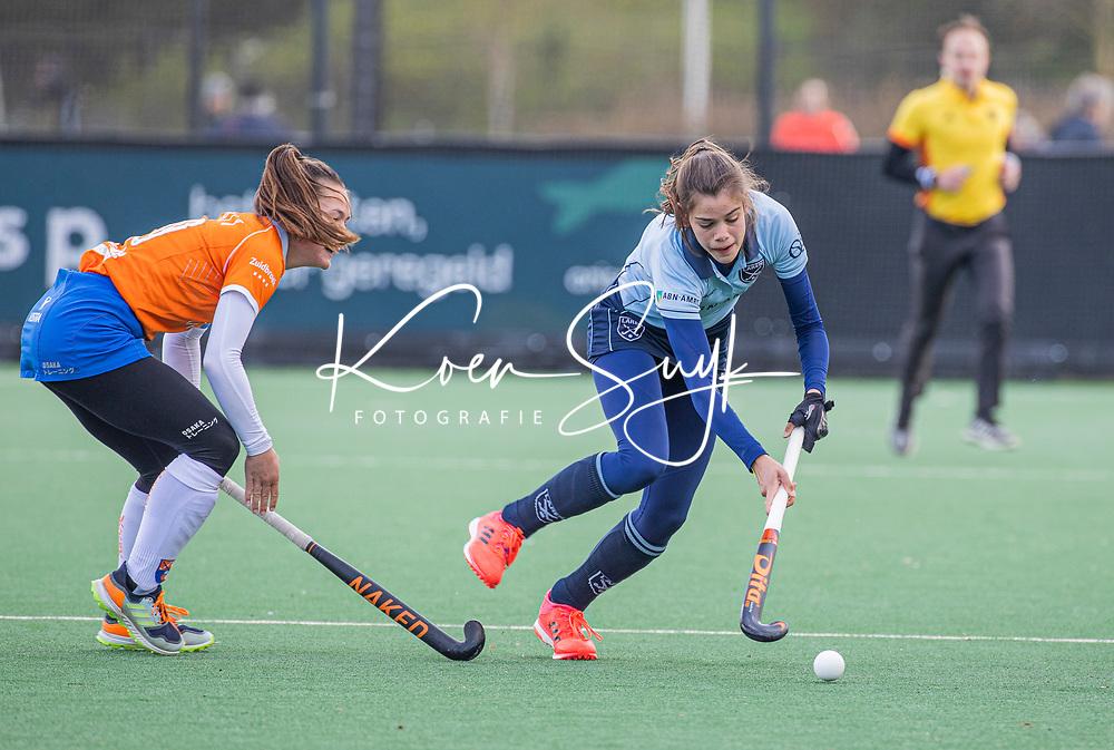 BLOEMENDAAL -  Sanne Caarls (Bldaal) met Sanne Hak (Laren)  tijdens de hoofdklasse hockeywedstrijd dames , Bloemendaal-Laren (5-1).  COPYRIGHT  KOEN SUYK