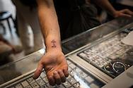 Un pellegrino appena tatuato, molti oltre ad un simbolo religioso aggiungono la data del loro pellegrinaggio in terra santa