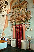 Kamienna oprawa Aron ha-Kodesz w sali modlitewnej w Wielkiej Synagodze, Tykocin, Polska<br /> Aron ha-Kodesz's stone belfry in the prayer hall of the Jewish Synagogue, Tykocin, Poland