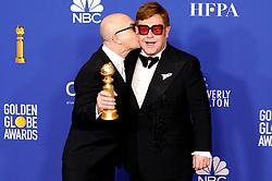 January 5, 2020, Beverly Hills, Kalifornien, USA: Bernie Taupin und Elton John mit dem Preis für den Besten Filmsong 'I'm Gonna Love Me Again' aus dem Film 'Rocketman' bei der Verleihung der 77. Golden Globe Awards im Beverly Hilton Hotel. Beverly Hills, 05.01.2020 (Credit Image: © Future-Image via ZUMA Press)
