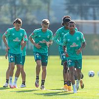 15.09.2020, Trainingsgelaende am wohninvest WESERSTADION - Platz 12, Bremen, GER, 1.FBL, Werder Bremen Training<br /> <br /> Aufwaermtraining<br /> <br /> Maximilian Eggestein (Werder Bremen #35)<br /> Johannes Eggestein (Werder Bremen #24)+Tahith Chong (Werder Bremen #22)<br /> Felix Agu (Werder Bremen / Neuzugang 17)<br /> <br /> Foto © nordphoto / Kokenge