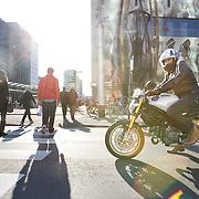Nederland Rotterdam 21-03-2009 20090321Foto: David Rozing ..Mensen steken straat, de coolsingel, over via zebrapad terwijl motor wacht en voorrang verleent People crossing  the street..Foto: David Rozing