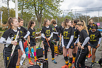 BILTHOVEN - Als eerbetoon aan de Victoria aanvoerder Daphne Voormolen, die vorige week werd geopereerd,  doen de dames van de hoofdklasse  de warming up in een speciaal ontworpen shirt,  met een op Daphne betrokken tekst,  voor de hoofdklasse hockeywedstrijd SCHC-Victoria . COPYRIGHT KOEN SUYK
