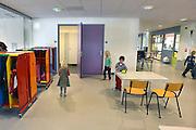 Nederland, Kekerdom, 4-10-2012De basisschool van dit kleine dorp in de Ooijpolder. Er zitten nu 54 kinderen op de Laurentiusschool. Hij is gevestigd in de gecombineerde nieuwbouw met het Kulturhus. Scholen met minder dan 100 leerlingen zouden dicht moeten volgens de onderwijsraad. Deze school valt daaronder.Foto: Flip Franssen/Hollandse Hoogte