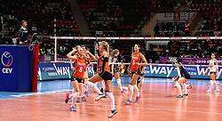 08-01-2016 TUR: European Olympic Qualification Tournament Nederland - Italie, Ankara<br /> De volleybaldames hebben op overtuigende wijze de finale van het olympisch kwalificatietoernooi in Ankara bereikt. Italië werd in de halve finales met 3-0 (25-23, 25-21, 25-19) aan de kant gezet / Judith Pietersen #8, Anne Buijs #11, Maret Balkestein-Grothues #6, Laura Dijkema #14, Robin de Kruijf #5