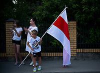 Bialystok, 16.08.2020. Protest pod bialoruskim konsulatem z udzialem Bialorusinow mieszkajacych w Bialymstoku przeciwko sfalszowanym wyborom prezydenckim na Bialorusi. Protestujacy domagali sie ustapienia Alaksandra Lukaszenki i rozliczenia winnych smierci kilku osob podczas protestow w Minsku N/z uczestnicy pikiety z zakazanymi na Bialorusi bialo-czerwono-bialymi flagami fot Michal Kosc / AGENCJA WSCHOD