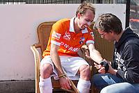 ROTTERDAM -HOCKEY - Bloemendaal speler Matthew Swann geblesseerd aan zijn arm tijdens de play off hockeywedstrijd tussen de mannen van Rotterdam en Bloemendaal (1-1, R'dam wint na shoot out). FOTO KOEN SUYK