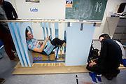 De studenten van het Human Power Team Delft en Amsterdam (HPT) bekijken via een mal of de fietser past in de VeloX4, de nieuwe fiets die is ontworpen. Met de fiets wil het team het wereldrecord aanscherpen dat in 2013 verbeterd is door Sebastiaan Bowier in de VeloX3. Ook wil het team het uurrecord verbreken.<br /> <br /> Students of the Human Power Team are testing if the new rider fits in the VeloX4. With the special recumbent bike the Human Power Team Delft and Amsterdam, consisting of students of the TU Delft and the VU Amsterdam, also wants to set a new world record cycling in September at the World Human Powered Speed Challenge. The current speed record is 133 km/h.