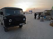 Der Freiluft Markt im Zentrum von Jakutsk. Jakutsk hat 236.000 Einwohner (2005) und ist Hauptstadt der Teilrepublik Sacha (auch Jakutien genannt) im Foederationskreis Russisch-Fernost und liegt am Fluss Lena. Jakutsk ist im Winter eine der kaeltesten Grossstaedte weltweit mit durchschnittlichen Winter Temperaturen von -40.9 Grad Celsius. Die Stadt ist nicht weit entfernt von Oimjakon, dem Kaeltepol der bewohnten Gebiete der Erde.<br /> <br /> The outdoor fish market in Yakutsk. Yakutsk is a city in the Russian Far East, located about 4 degrees (450 km) below the Arctic Circle. It is the capital of the Sakha (Yakutia) Republic (formerly the Yakut Autonomous Soviet Socialist Republic), Russia and a major port on the Lena River. Yakutsk is one of the coldest cities on earth, with winter temperatures averaging -40.9 degrees Celsius.
