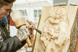 """THEMENBILD - ein Bildhauer schnitzt an einem Holzbild """"Maria mit Kind"""", aufgenommen am 25. August 2019, Piesendorf, Österreich // a sculptor carves on a wooden picture """"Maria mit Kind"""" (Mary with child) on 2019/08/25, Piesendorf, Austria. EXPA Pictures © 2019, PhotoCredit: EXPA/ Stefanie Oberhauser"""