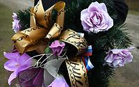 """Wies Zaleszany, woj podlaskie, 29.01.2020. Obchody 74. rocznicy pacyfikacji bialoruskich wsi przez oddzial podziemia PAS NZW kierowany przez Romualda Rajsa ps. """" Bury """" . We wsi Zaleszany zginelo wtedy 16 osob , w tym kobiety i dzieci N/z pomnik ofiar """"Burego"""" postawiony w czasach komunizmu, odnowiony w tym roku przez prorosyjskie Stowarzyszenie KURSK. Napisy na pomniku nie sa zgodne z prawda historyczna; wieniec z flaga Rosji fot Michal Kosc / AGENCJA WSCHOD"""