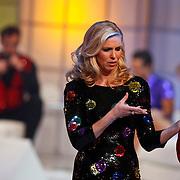 NLD/Hilversum/20110128 - Live show Sterren Dansen op het IJs2011, Nance Coolen kijkt bizar naar pluchen hart met lingerie