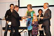Lancering van het nieuwe (voor)leesboek Mr Finney en de andere kant van het water van Prinses Laurentien en Sieb Posthuma het Oceanium van Diergaarde Blijdorp in Rotterdam. <br /> <br /> Op de Foto:<br /> <br />  Prinses Laurentien overhandigt woensdag in het Oceanium van diergaarde Blijdorp in Rotterdam het eerste exemplaar van het nieuwe Mr Finney (voor)leesboek aan Mike Eman (L), minister-president van Aruba . Rechts tekenaar Sieb Posthuma.