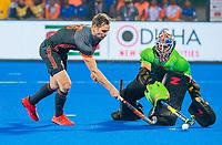BHUBANESWAR, INDIA - Shoot-out, Mirco Pruyser (Ned) met keeper Andrew Charter (Aus)   tijdens de halve finale tussen Nederland en Australie (2-2) (Ned. wint shoot-outs), bij het WK Hockey heren in het Kalinga Stadion.  .COPYRIGHT KOEN SUYK
