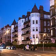 Prince of Wales Drive, la strada a sud di Battersea Park intitolata al principe che in seguito divenne re Edoardo VII, puoi ammirare queste splendide dimore in stile vittoriano<br /> <br /> In Prince of Wales Drive, the street south of Battersea Park named to the Prince who later became King Edward VII, you can admire these stunning Victorian-style mansions. 