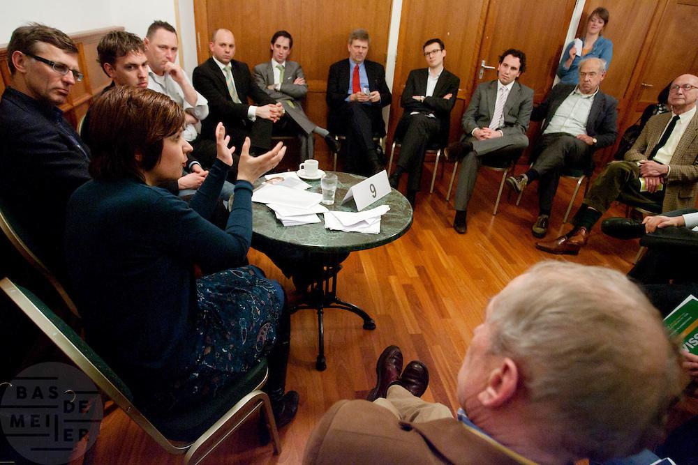 Ruth Peetoom praat met leden van het CDA. In Amersfoort kunnen leden van het CDA kennismaken met de zes kandidaten voor het partijvoorzitterschap. Na een pitch, volgt een speeddate.