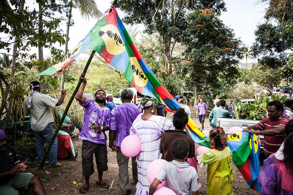 En quittant le territoire du clan de la femme avec l'épouse et les enfants, le clan de l'homme emporte le don, mais aussi les décorations et les étoffes du portique végétal.  - Mariage Kanak  - Tribu de Méhoué, Canala – Nouvelle Calédonie – Septembre 2013