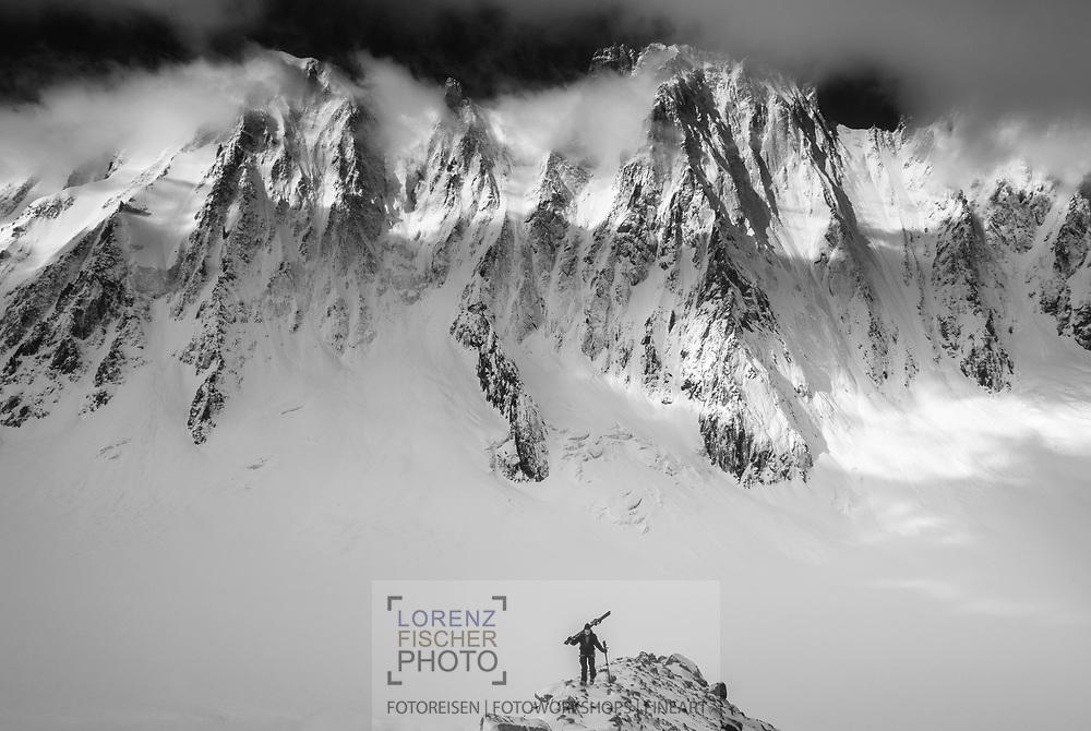 Skitouren im Argentière-Kessel bei Chamonix. Aufstieg zum Col du Tour Noir auf dem Glacier des Améthystes mit Blick auf die Nordwand der Courtes und Droites.