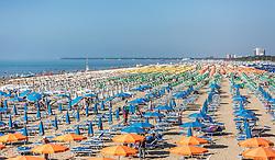 THEMENBILD - Sonnenschirme und Liegen am kilometerlangen Sandstrand. Lignano ist ein beliebter Badeort an der italienischen Adria-Küste, aufgenommen am 16. Juni 2019, Lignano Sabbiadoro, Italien // sunshades and sunbeds on the kilometre-long sandy beach. Lignano is a popular seaside resort on the Italian Adriatic coast on 2019/06/16, Lignano Sabbiadoro, Italy. EXPA Pictures © 2019, PhotoCredit: EXPA/ Stefanie Oberhauser