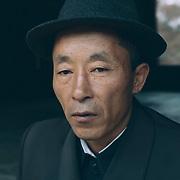 Gardien d'un temple bouddhiste. Officiellement la religion n'est pas interdite.