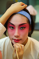 Chine, Shanghai, Opera au Grand Theatre de Shanghai, Zhang Shi Yu, de la troupe de l Opera de Pekin  se prepare dans les loges,  //  China, Shanghai, Shanghai Grand Theatre, make up of Zhang Shi Yu from Beijing Opera, back stage