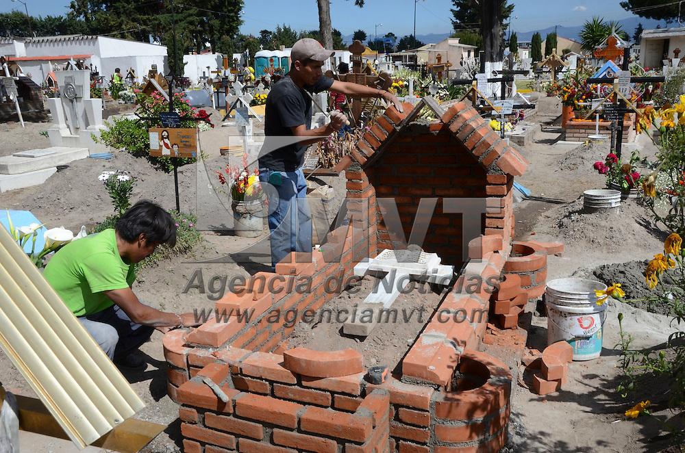 Metepec, México (Noviembre 01, 2016).- Familias acudieron desde muy temprana hora a los diferentes panteones del Valle de Toluca a limpiar y arreglar las tumbas de sus familiares por la celebración del Día de Muertos.  Agencia MVT / José Hernández.