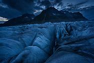 Das Zenbächenhorn und Olmenhorn über dem Grossen Aletschgletscher während der Blauen Stunde an einem bewölkten Abend, Fiesch, Wallis, Schweiz<br /> <br /> The Zenbächenhorn and Olmenhorn over the Great Aletsch Glacier during the blue hour on a cloudy evening, Fiesch, Valais, Switzerland
