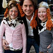 NLD/Amsterdam/20100321 -  Inloop premiere Hoe Tem je een draak, lodewijk Hoekstra met oa dochter Dize