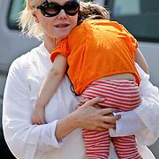 NLD/Amsterdam/20080624 - Vertrek van de Austrailische acteur Hugh Jackman, vrouw Debra Lee-Furness en een van de kinderen