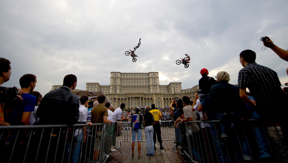 Red Bull X-Fighters Exhibition Tour came to Bucharest for the first time, and with the wether clearing up ten minutes before the show, they dazzled the audience in front of the People House.