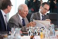 15 JUL 2015, BERLIN/GERMANY:<br /> Wolfgang Schaeuble, CDU, Bundesfinanzminister, blaettern in seinen Unterlagen, vor Beginn der Kabinettsitzung, Bundeskanzleramt<br /> IMAGE: 20150715-01-008<br /> KEYWORDS: Kabinett, Sitzung, Wolfgang Schäuble, liest, lesen, Akte, Akten