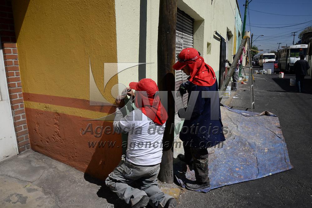 """Toluca, México.- Trabajadores del ayuntamiento de Toluca pintan las fachadas de casas y negocios de la avenida Lerdo, como parte del programa """"Recuperando Toluca La Bella"""". Agencia MVT / Crisanta Espinosa"""