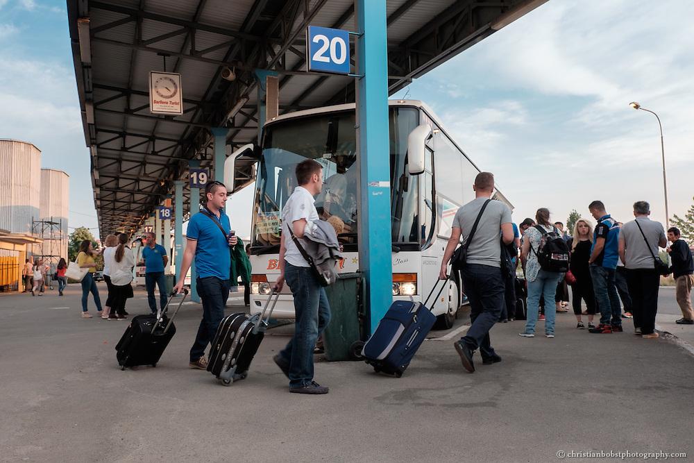 Busbahnhof in Pristina. Wegen mangelnder wirtschaftlicher Perspektiven verlassen noch immer Zehntausende von Kosovaren jedes Jahr ihr Land, um im Ausland einen Job zu finden – viele gelangen per Autobus zum Beispiel in die Schweiz oder nach Deutschland, den beliebtesten Zielländern in Europa.