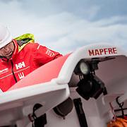 © Maria Muina I MAPFRE. The shore crew during the haul in of the boat after her refit in Auckland. El equipo de tierra realiza la maniobra de botar el barco al agua tras el refit en Auckland.