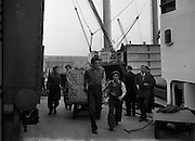 03/06/1954<br /> 06/03/1954<br /> 03 June 1954<br /> Loading of kellogg's Corn Flakes  onto ship at North Wall, Dublin for export to Iceland. Image shows dockers moving the boxes for shipment.