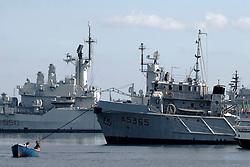 Taranto, una imbarcazione per la pesca nelle vicinanze delle navi militari