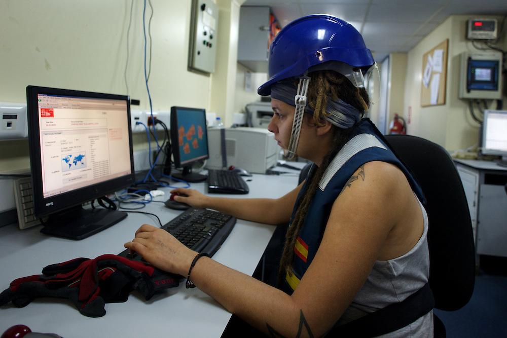Marzo 2010. Océano Pacífico. <br /> Una científica de la Expedición Malaspina trabaja en la sala de ordenadores del buque Hespérides durante la etapa entre Auckland y Honolulu.<br /> <br /> © JOAN COSTA