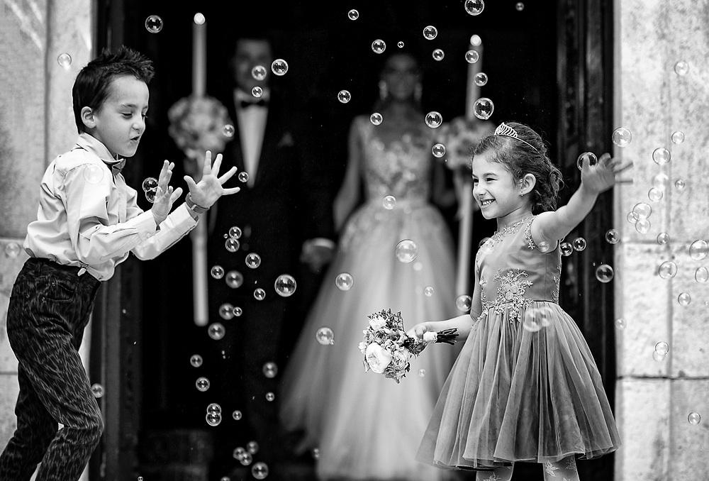 """Iubesc fotografia, iubesc sa transform momentele acelea imperfect in emotii perfecte. Si iubesc sa lucrez cu lumina si oamenii din jurul meu. <br /> Pentru mine fotografia nu este despre cele mai scumpe sau noi camera. Pentru mine, chiar si astazi, raman valabile cuvintele lui Annabel Williams: <br /> """"Fotografia este 90% psihologie si 10% tehnica."""""""
