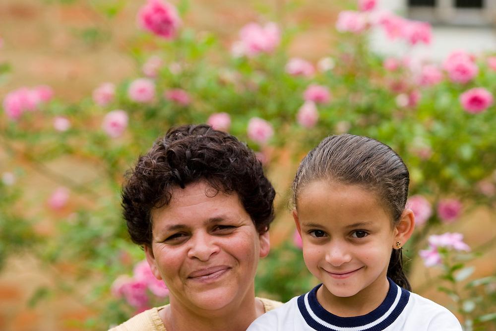 Santos Dumont_MG, Brasil...Retrato de mae e filha...Portrait of the mother and daughter...Foto: LEO DRUMOND / NITRO