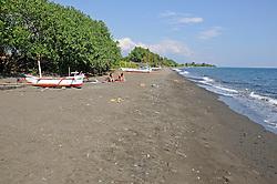 Schwarzer Sandstrand mit Auslegerbooten bei Purijati, Nordbali, Indonesien, Indopazifik, Bali, Indonesia Asien, Indo-Pacific Ocean, Asia