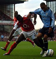 Fotball<br /> Premier League England 2004/2005<br /> Foto: BPI/Digitalsport<br /> NORWAY ONLY<br /> <br /> 30.10.2004<br /> <br /> Arsenal v Southampton<br /> <br /> Dexter Blackstock holds off Kolo Toure as Lauren looks on