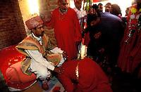 Pakistan - La fête des soufis - Province du Sind - Sehwan e Sharif - Tombe du saint soufi Lal Shabaz Qalandar - Fête de l'anniversaire de sa mort (Urs) - Akhtar Hussein, descendant du Derviche Bodla Bahar est venéré par les membres de sa confrerie // Pakistan, Sind province, Sehwan e Sharif, Sufi saint Lal Shabaz Qalandar shrine, annual Urs festival