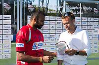 BREDA - keeper Sreejesh Parattu (Ind.)    krijgt de prijs voor best goalkeeper , uit handen van Marcel (Adidas) .   Australia-India (1-1), finale Rabobank Champions Trophy 2018. Australia wint shoot outs.  COPYRIGHT  KOEN SUYK