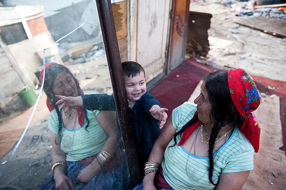 archief/illustatie<br /> Roma sloppenwijk in Stains, Groot Parijs<br /> 19/04/2010