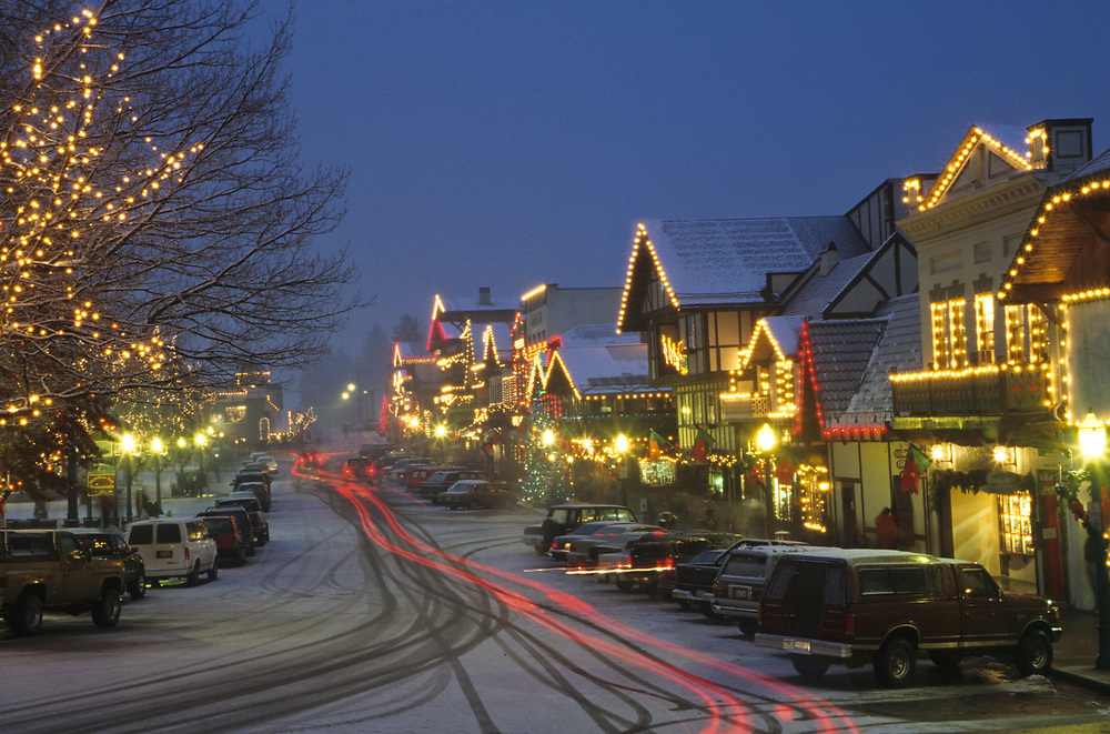 North America, USA, Washington, Leavenworth. Christmas lights glow on Front Street and park during annual Christmas festival