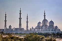 Mesquita Xeic Zayed. A cidade foi fundada pelos Banu Yas o 1761. O fortí Qasr a o-Hosn foi construído o 1793 e o 1795 já residia o xeic. Foi des então seu dos sucessivos governantes de Abu Dhabi; o março de 1892 pelos acordos exclusivos o emirat aconteceu protectorat britânico. O 1954 é estabeleceu em Dubai (dantes a Sharjah ) o oficial político britânico pelos emirats mas pouco depois é instalou um oficial político a Abu Dhabi exclusivo pelo emirat, que era o mais grande e importante do Trucial Oman.FOTO: Jefferson Bernardes/Preview.com