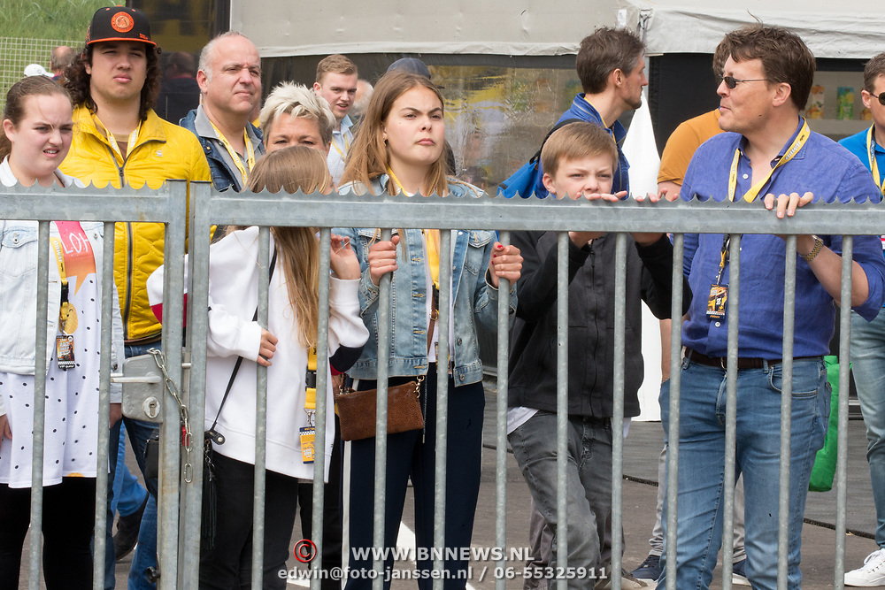 NLD/Zandvoort/20180520 - Jumbo Race dagen 2018, Prins Constantijn met Gravin Eloise en Graaf Claus Casimir, Gravin Eleonore kijken naar auto Prinses Laurentien