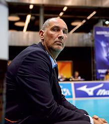 20150620 NED: World League Nederland - Portugal, Groningen<br /> De Nederlandse volleyballers hebben in de World League het vierde duel met Portugal verloren. Na twee uitzeges en de 3-0 winst van vrijdag boog de ploeg van bondscoach Gido Vermeulen zaterdag in Groningen met 3-2 voor de Portugezen: (25-15, 21-25, 23-25, 25-21, 11-15) / Assistent coach Ron Zwerver