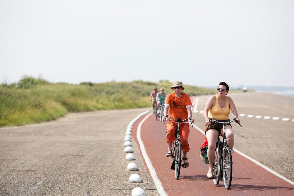 Fietsers rijden over de Brouwersdam.<br /> <br /> Cyclists ride over the Brouwersdam.