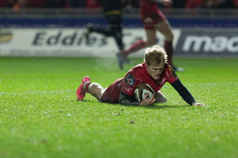 Parc y Scarlets, Llanelli, Wales, UK. Friday 5 January 2018.  Scarlets scrum half Aled Davies scores a try in the Guinness Pro14 match between Scarlets and Newport Gwent Dragons.